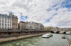 París Francia 30 de abril de 2013: Río Sena y barco Mouche en París, Francia fotos de archivo
