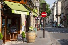 París, Francia - 16 de abril de 2011: Vista de la calle acogedora en París, Francia Arquitectura y señales de París fotografía de archivo libre de regalías