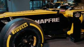 PARÍS, FRANCIA - 8 DE AGOSTO DE 2018: Coche amarillo de la fórmula 1 en el pabellón de la exposición de la compañía Renault metrajes