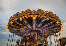 PARÍS, FRANCIA - 30 DE AGOSTO DE 2015: Carrusel francés viejo en un parque del día de fiesta en el tiempo de verano de la noche Fotografía de archivo