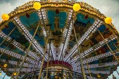 PARÍS, FRANCIA - 30 DE AGOSTO DE 2015: Carrusel francés viejo en un parque del día de fiesta en el tiempo de verano de la noche Imagen de archivo