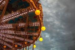 PARÍS, FRANCIA - 30 DE AGOSTO DE 2015: Carrusel francés viejo en un parque del día de fiesta en el tiempo de verano de la noche Foto de archivo