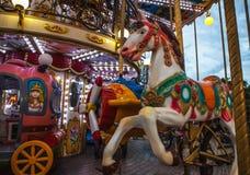 PARÍS, FRANCIA - 30 DE AGOSTO DE 2015: Carrusel francés viejo en un parque del día de fiesta en el tiempo de verano de la noche Fotografía de archivo libre de regalías