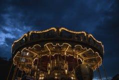 PARÍS, FRANCIA - 30 DE AGOSTO DE 2015: Carrusel francés viejo en un parque del día de fiesta en el tiempo de verano de la noche Foto de archivo libre de regalías