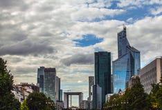 PARÍS, FRANCIA - 30 DE AGOSTO DE 2015: Centro de negocios de cristal moderno París - Francia Imágenes de archivo libres de regalías
