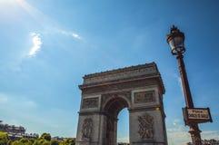 PARÍS - FRANCIA - 30 DE AGOSTO DE 2015: Famous Arc de Triumph, verano Foto de archivo libre de regalías