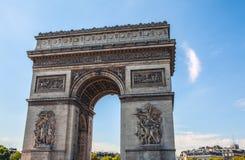 PARÍS - FRANCIA - 30 DE AGOSTO DE 2015: Famous Arc de Triumph, verano Imágenes de archivo libres de regalías