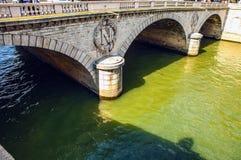PARÍS, FRANCIA - 30 DE AGOSTO DE 2015: Los símbolos de Napoleons de la piedra en París antigua tienden un puente sobre el primer  Fotografía de archivo libre de regalías