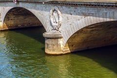 PARÍS, FRANCIA - 30 DE AGOSTO DE 2015: Los símbolos de Napoleons de la piedra en París antigua tienden un puente sobre el primer  Fotos de archivo