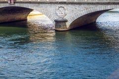 PARÍS, FRANCIA - 30 DE AGOSTO DE 2015: Los símbolos de Napoleons de la piedra en París antigua tienden un puente sobre el primer  Fotografía de archivo
