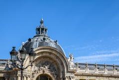 PARÍS - FRANCIA - 30 DE AGOSTO DE 2015: Palacio grande magnífico famoso de Palais en París Fotografía de archivo libre de regalías