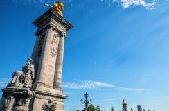 PARÍS - FRANCIA - 30 DE AGOSTO: Esculpa en el puente de Alejandro III en París el 30 de agosto de 2015 en París Fotos de archivo libres de regalías