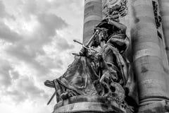 PARÍS - FRANCIA - 30 DE AGOSTO: foto Negro-blanca de la escultura en el puente de Alejandro III en París el 30 de agosto de 2015  Imágenes de archivo libres de regalías