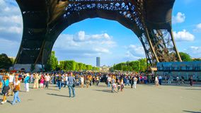 PARÍS, FRANCIA - 8 DE AGOSTO DE 2010: Muchos turistas debajo de la torre Eiffel en día de verano soleado París, Francia foto de archivo libre de regalías