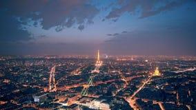 París, Francia - 21 de agosto de 2018: Timelapse del panorama de París con el faro de trabajo en la torre Eiffel en la noche aden almacen de video