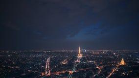 París, Francia - 21 de agosto de 2018: Timelapse del panorama de París con el faro de trabajo en la torre Eiffel en la noche aden metrajes
