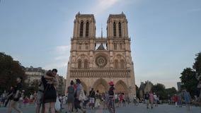 París, Francia - 12 de agosto de 2018: Timelapse del tiro de la cacerola de Notre Dame de Paris en la puesta del sol Muchedumbres almacen de metraje de vídeo