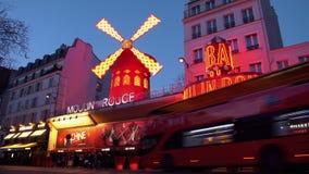 PARÍS, FRANCIA - 18 DE ENERO DE 2019: La iluminación de Moulin Rouge, coches móviles metrajes