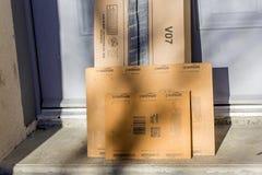 París, Francia - 8 de febrero de 2017: El Amazonas prepara el paquete del paquete en frente la puerta de una casa El Amazonas, es Fotografía de archivo