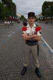 París, Francia - 14 de julio de 2012 El soldado presenta antes de la marcha en el desfile militar anual en París Foto de archivo