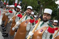 París, Francia - 14 de julio de 2012 Los soldados de la legión extranjera francesa marchan durante el desfile militar anual en Pa Fotografía de archivo