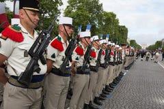 París, Francia - 14 de julio de 2012 Los soldados de la legión extranjera francesa marchan durante el desfile militar anual en Pa Fotos de archivo libres de regalías
