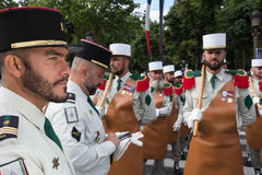 París, Francia - 14 de julio de 2012 Los soldados de la legión extranjera francesa marchan durante el desfile militar anual en Pa Foto de archivo