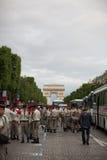 París, Francia - 14 de julio de 2012 Los soldados están haciendo sus preparaciones finales para el desfile militar anual en París Foto de archivo libre de regalías