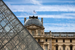 PARÍS, FRANCIA - 16 DE JULIO DE 2010: Vista al Louvre Imagen de archivo libre de regalías