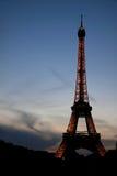 PARÍS, FRANCIA - 19 DE JULIO DE 2010: Vista a la torre Eiffel iluminada Fotos de archivo libres de regalías