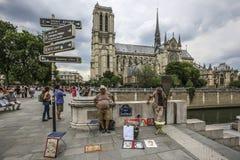 PARÍS, FRANCIA - 2 de junio de 2017: artistas en Notre Dame de París, Francia imagen de archivo libre de regalías