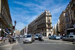 París, Francia - 29 de junio de 2015: Avenida de l ` Opéra Tráfico por carretera imágenes de archivo libres de regalías