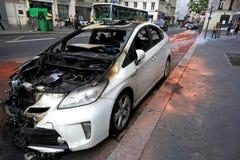 París, Francia - 7 de junio de 2016: Coche quemado en París, Francia en junio 7,2016 Imagen de archivo libre de regalías