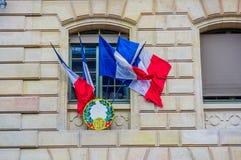 PARÍS, FRANCIA - 1 DE JUNIO DE 2015: Escudo militar francés con las banderas francesas fuera de una ventana Imágenes de archivo libres de regalías