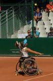 PARÍS, FRANCIA - 10 DE JUNIO DE 2017: La mujer de Roland Garros dobla la rueda Foto de archivo
