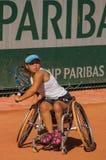 PARÍS, FRANCIA - 10 DE JUNIO DE 2017: La mujer de Roland Garros dobla la rueda Fotos de archivo libres de regalías