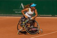PARÍS, FRANCIA - 10 DE JUNIO DE 2017: La mujer de Roland Garros dobla la rueda Imagen de archivo