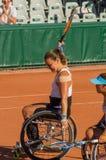 PARÍS, FRANCIA - 10 DE JUNIO DE 2017: La mujer de Roland Garros dobla la rueda Foto de archivo libre de regalías