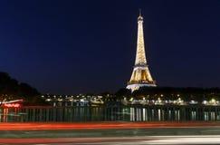 PARÍS, FRANCIA - 23 de junio de 2017: opinión sobre torre Eiffel del puente Imagen de archivo