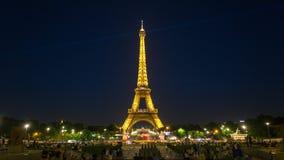 PARÍS, FRANCIA - 19 DE JUNIO DE 2018: Luces brillantes del timelapse de la noche de la torre Eiffel Movimiento rápido almacen de metraje de vídeo