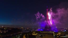 PARÍS, FRANCIA - 19 DE JUNIO DE 2018: Timelapse de la noche del fuego artificial de la torre Eiffel en el día de Bastille Movimie almacen de metraje de vídeo