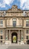 París, Francia - 28 de marzo de 2017: París - fragmentos arquitectónicos de la construcción del Louvre El museo del Louvre es uno Fotografía de archivo libre de regalías