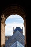 Pirámide del Louvre, París del arco y del vidrio Fotos de archivo libres de regalías