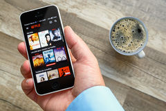 París, Francia - 10 de marzo de 2017: Sirva los controles un teléfono elegante que muestre películas de Netflix Francia Netflix e Fotos de archivo