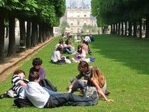 París, Francia - 4 de mayo de 2007 - descanse sobre la hierba en el Luxembour Imagenes de archivo