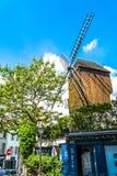 París, Francia - 27 de mayo de 2015: Mill Moulin de la Galette en París en Montmartre en un día soleado con un cielo azul y árbol Fotos de archivo