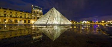 PARÍS, FRANCIA - 18 DE MAYO DE 2016: Museo del Louvre y la pirámide en crepúsculo Foto de archivo libre de regalías