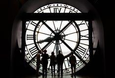 París, Francia - 14 de mayo de 2015: Siluetas de los turistas no identificados que miran a través del reloj en el museo D'Orsay Imágenes de archivo libres de regalías