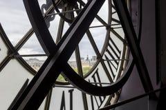 PARÍS, FRANCIA - 9 DE MAYO DE 2019: Reloj famoso con los números romanos alrededor de la ventana en el museo de Orsay, París, Fra fotos de archivo