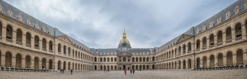 París Francia - 1 de mayo de 2013 turistas en la corte del honor en t fotos de archivo libres de regalías